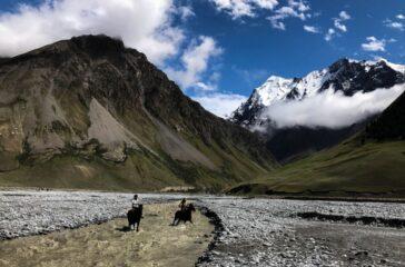 Kirgizi przeprawiający się przez rzekę, Kirgistan